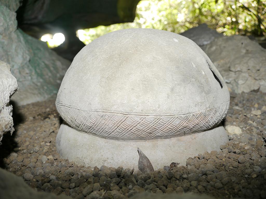 Poterie de la grotte de Tovo in situ. Dans le même massif, cette poterie, datée entre les XVe et XVIIe siècles, permet de corréler une partie des datations directes des dessins de Tovo à ce type céramique aux motifs semblables.