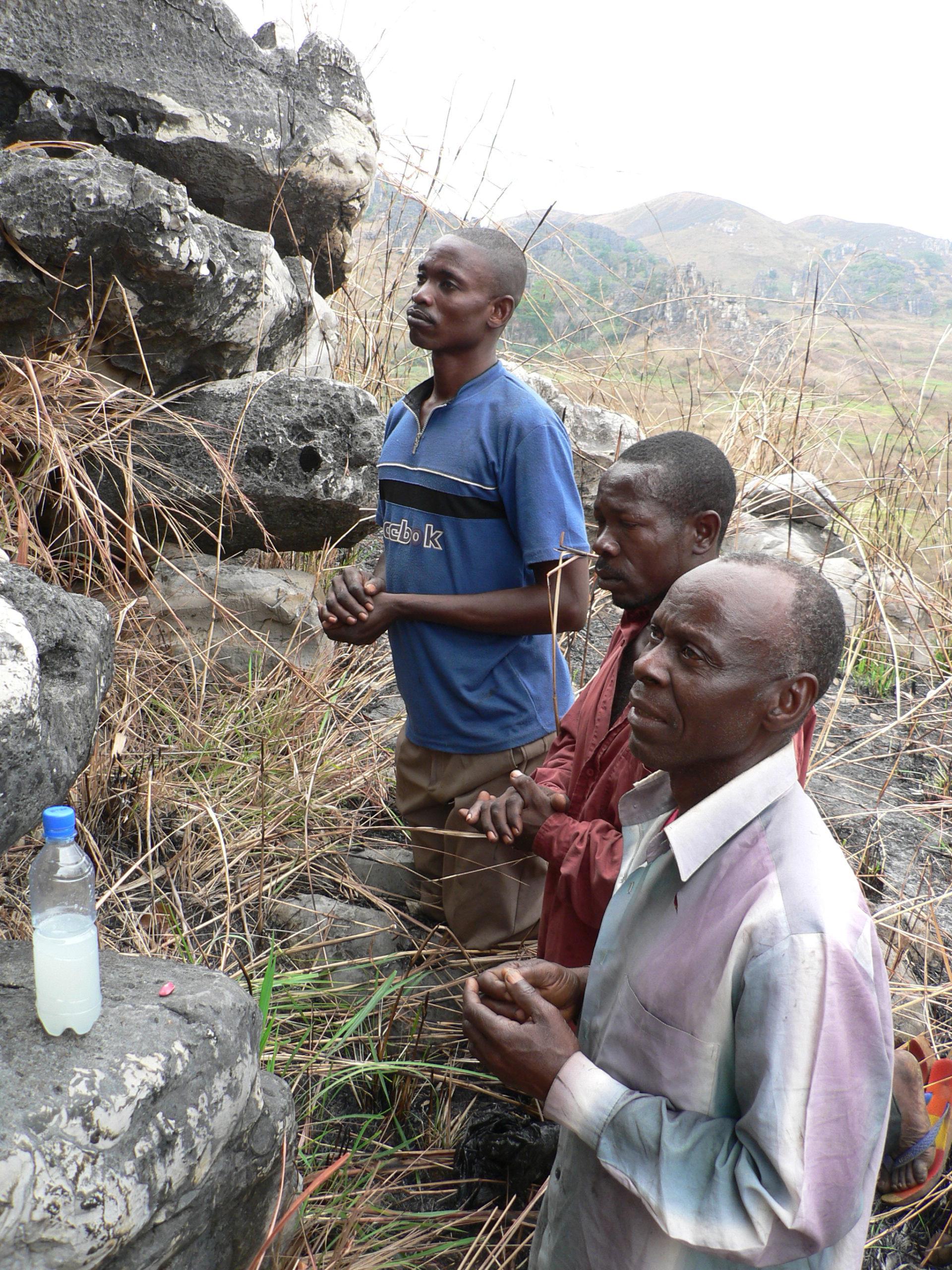 Rituel effectué par Augustin Ndingu, chef traditionnel du village de Lumbi, sur le site de Nkanku.