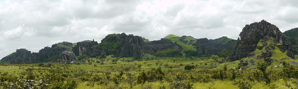 Vue générale du massif de Lovo. Sur environ 400km2 se dressent des centaines de massifs percés de nombreuses grottes et abris-sous-roche.