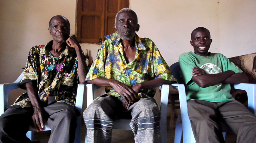 Au centre, Pierre-Constant Makumbu (1920-2015), ancien chef traditionnel du village de Kuluzu dia Lovo.
