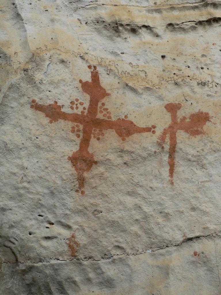 Croix inventoriées dans le massif de Mbanza Mbota. La croix était un symbole d'égale importance dans les deux mondes, appartenant aussi bien à la religion traditionnelle kongo qu'au christianisme.