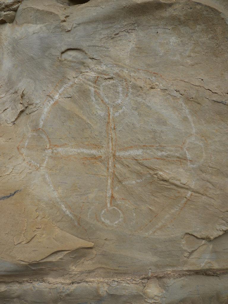 Croix sur le site de Songantela. Au centre des préoccupations des missionnaires, la croix était l'un des insignes principaux de la cérémonie d'initiation du kimpasi.