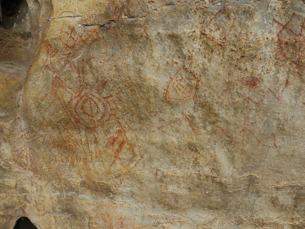 Peintures rouges sur le site de Songantela.