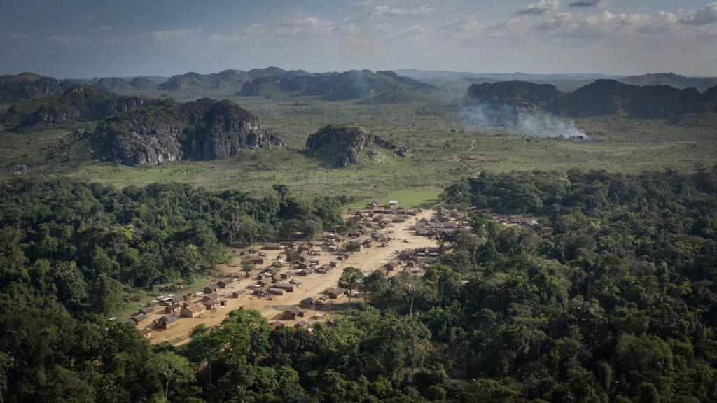 Vue du village de Lovo, et des massifs en arrière-plan.